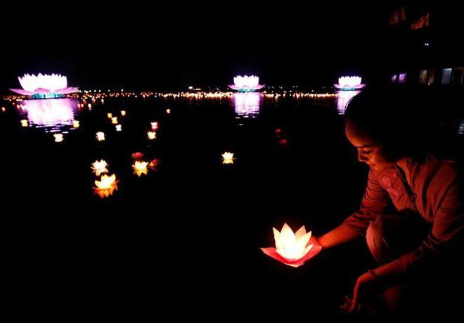 24h qua ảnh: Phật tử thả đèn hoa đăng tại ngôi chùa lớn nhất thế giới - Ảnh 2.