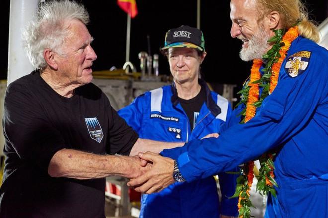 Trung úy Don Walsh chúc mừng thành tựu của Victor Vescovo