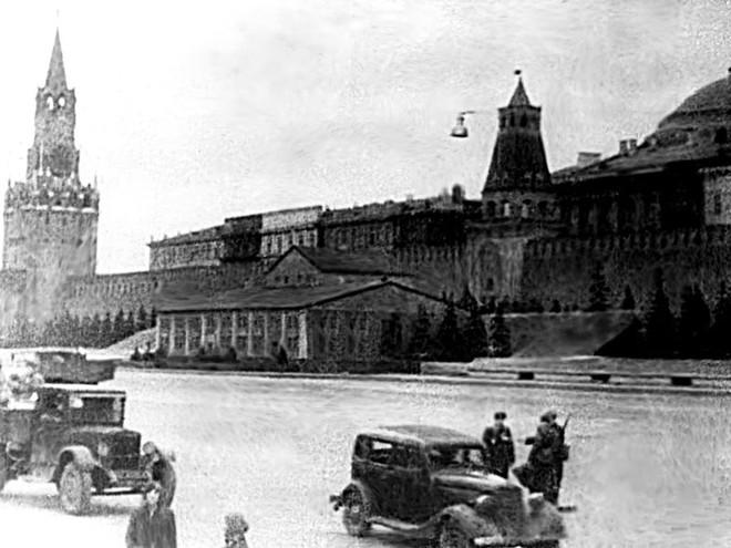 Kỳ tích của người Nga: Phép lạ biến Điện Kremlin trở nên tàng hình trước đòn bắn phá của quân Đức - Ảnh 1.