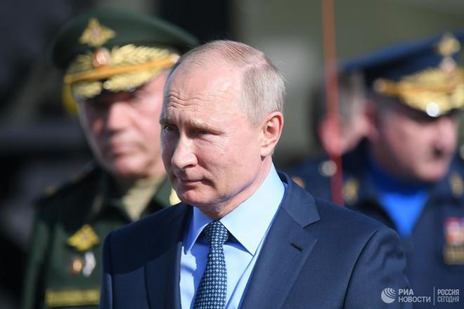 Tổng thống Putin mục sở thị tiêm kích MiG-31 trang bị tên lửa siêu thanh Kinzhal - Ảnh 3.
