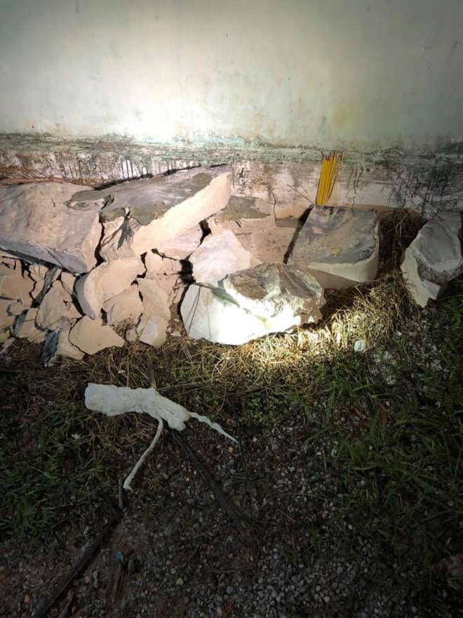 Công an đập bỏ khối bê tông suốt 1 giờ đồng hồ, đưa thi thể người đàn ông ra khỏi thùng nhựa - Ảnh 2.
