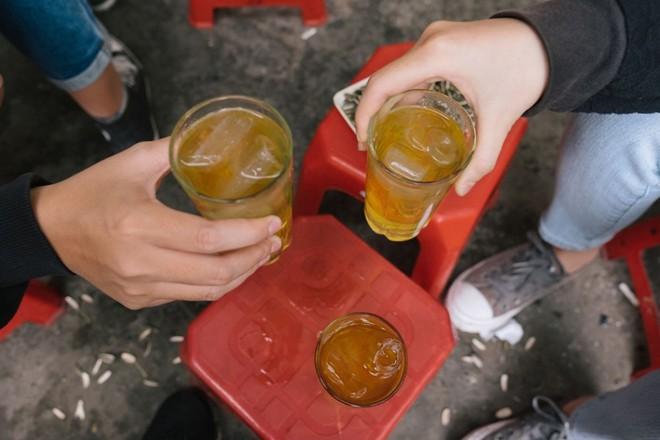 Uống trà đá để giải khát, cẩn thận rước bệnh vào người - Ảnh 2.