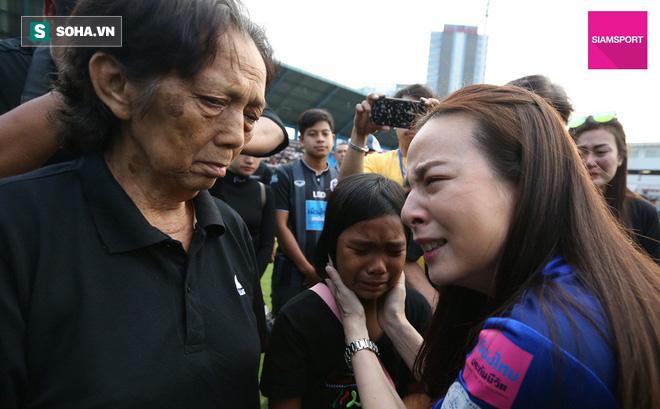 Nữ đại gia Thái Lan bật khóc khi tưởng niệm các CĐV thiệt mạng trong vụ tai nạn thảm khốc