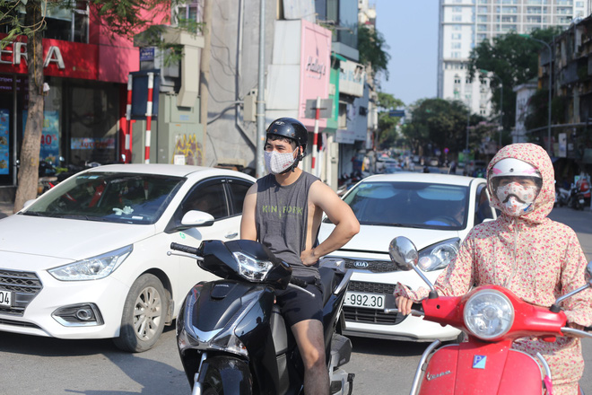 Người Hà Nội chống chọi với nắng nóng như thiêu như đốt đến hơn 40 độ C - Ảnh 4.