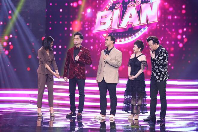 Quyền Linh đi dép tổ ong lên truyền hình, Việt Hương: Nên góp tiền mua cho anh Linh 1 đôi giày - ảnh 1