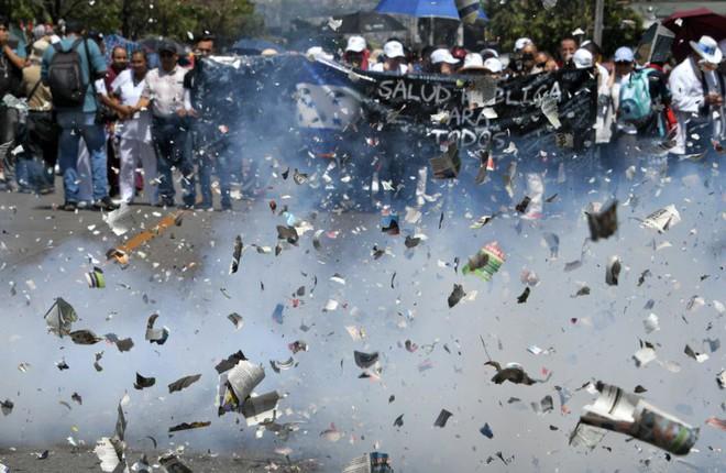 24h qua ảnh: Biểu tình rực lửa ở Venezuela - ảnh 6