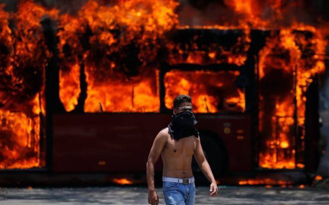24h qua ảnh: Biểu tình rực lửa ở Venezuela - ảnh 4