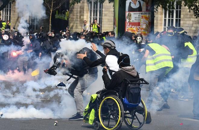 24h qua ảnh: Biểu tình rực lửa ở Venezuela - ảnh 11