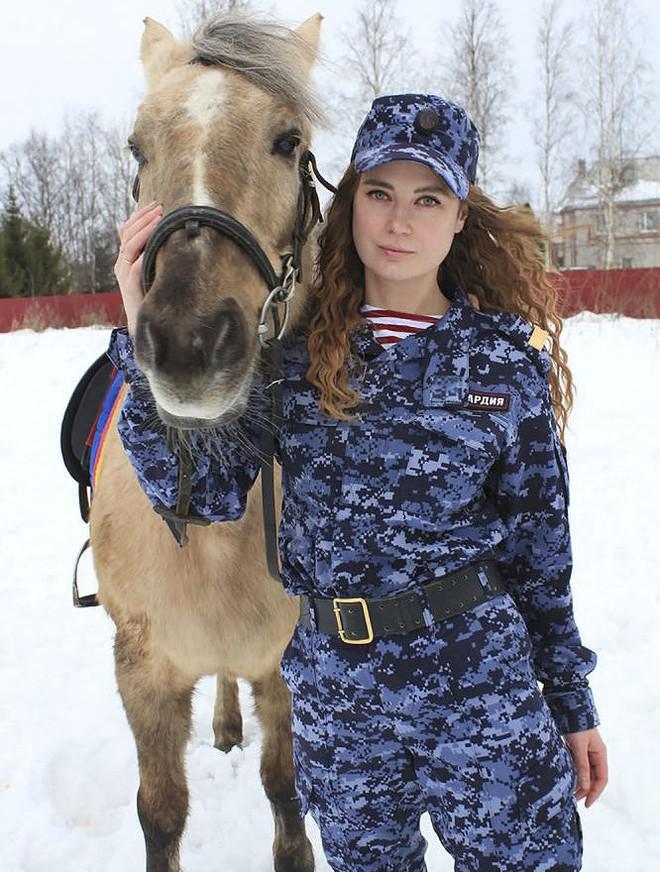 [Ảnh] Những nữ sĩ quan duyên dáng, xinh đẹp trong lực lượng cảnh sát Nga - ảnh 3