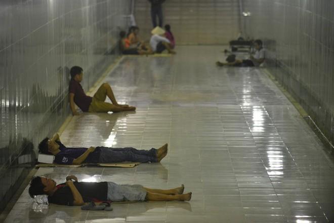 Nằm la liệt trong TTTM để 'hưởng ké' điều hòa và 1001 cách tránh nóng của người dân Hà Nội - ảnh 9