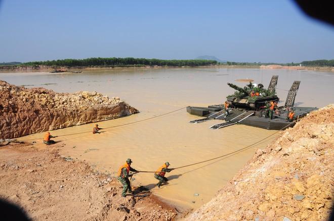 QĐND Việt Nam chở xe tăng qua sông bằng thuyền gỗ: Chuyện có một không hai trên TG - Ảnh 6.