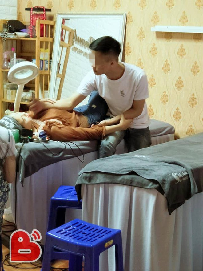 Bạn gái nằm trên bàn xăm môi, chàng trai có hành động trong 4 tiếng khiến ai cũng ghen tỵ - ảnh 1