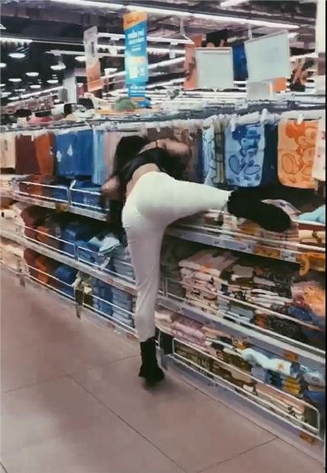 Gái xinh bày đủ trò lố trong siêu thị, nhân viên bán hàng nhắc nhở mỏi miệng còn người xung quanh ngán ngẩm - ảnh 1