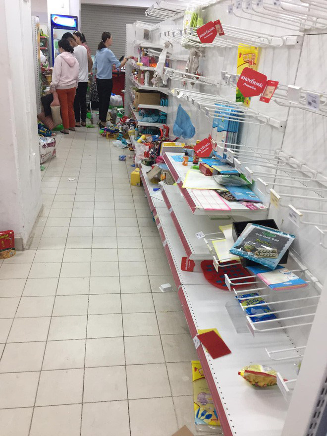 Sốc với cảnh tượng còn sót lại sau khi người dân săn đồ giảm 50% nhân dịp chuỗi siêu thị Auchan rời khỏi Việt Nam - ảnh 2