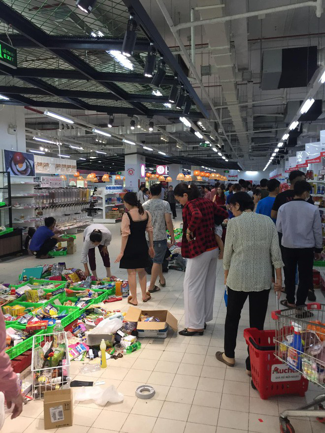 Sốc với cảnh tượng còn sót lại sau khi người dân săn đồ giảm 50% nhân dịp chuỗi siêu thị Auchan rời khỏi Việt Nam - ảnh 3