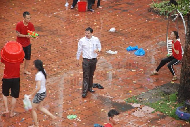 Xuống sân trường quẩy với học sinh ngày bế giảng, thầy hiệu phó bị ụp nguyên xô nước vào người - ảnh 1