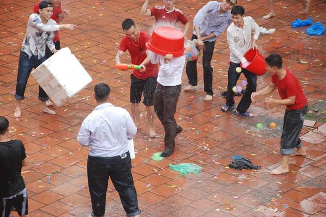 Xuống sân trường quẩy với học sinh ngày bế giảng, thầy hiệu phó bị ụp nguyên xô nước vào người - ảnh 2