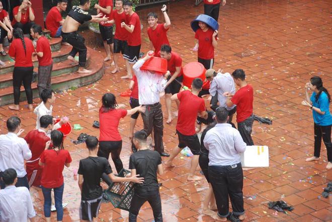 Xuống sân trường quẩy với học sinh ngày bế giảng, thầy hiệu phó bị ụp nguyên xô nước vào người - ảnh 3