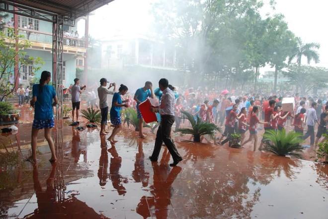 Xuống sân trường quẩy với học sinh ngày bế giảng, thầy hiệu phó bị ụp nguyên xô nước vào người - ảnh 4