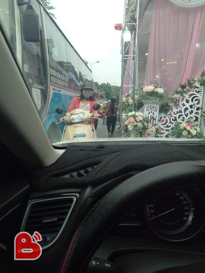 Dựng rạp cưới chiếm nửa đường lớn, gia đình còn có hành động gây bức xúc - ảnh 1