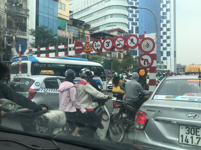 Lao ngược chiều lên cầu vượt Thái Hà, xe khách bị mắc kẹt ở thanh giới hạn chiều cao gây ùn tắc - Ảnh 1.