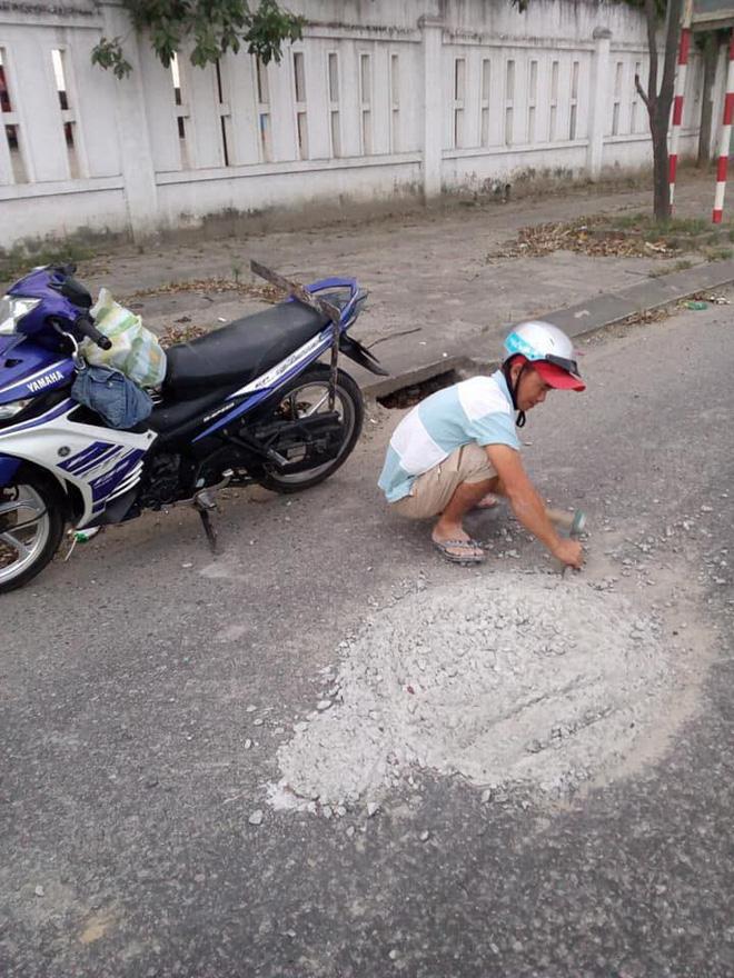 Thấy ụ xi măng cắm thanh sắt giữa đường, chú thợ hồ có hành động khiến dân mạng vỗ tay rần rần - ảnh 2