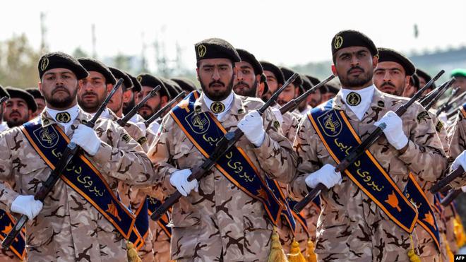 Trước mặt là Tehran hùng mạnh, sau lưng là Nga giương vuốt, TT Trump lầm to khi dám dọa Iran? - Ảnh 1.