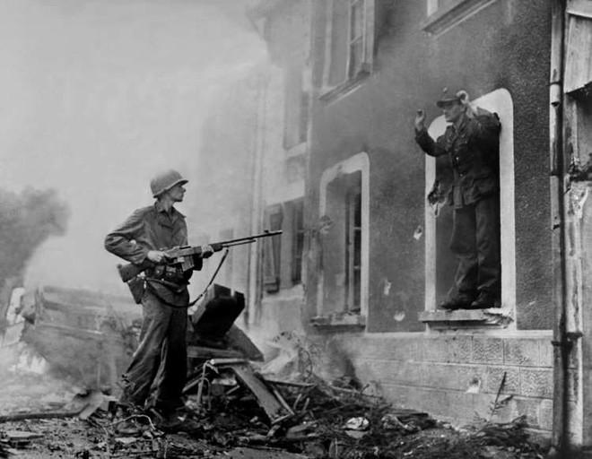 Những khoảnh khắc ám ảnh trong Thế chiến 2 - ảnh 11