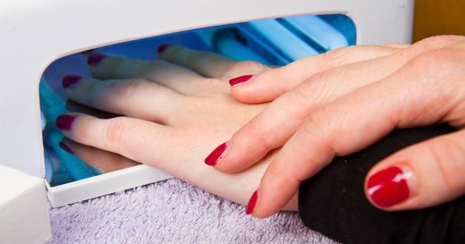 Chuyên gia lý giải thực hư vụ sơn móng tay dạng gel gây ung thư da và những người có nguy cơ ung thư cao nhất,cườm ủi