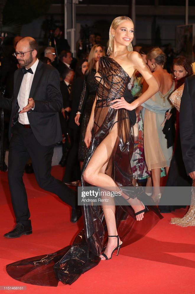Thảm đỏ LHP Cannes ngày 11: Lại xuất hiện đối thủ hở bạo giống Ngọc Trinh, mải diễn mà chẳng ai đoái hoài - ảnh 7