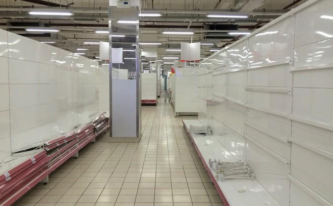 """Siêu thị Auchan vắng vẻ, lặng lẽ tháo các kệ hàng sau """"bão"""" giảm giá"""