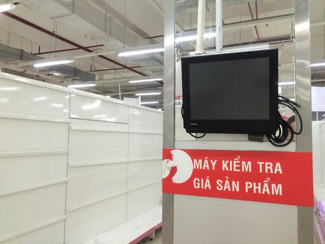 Siêu thị Auchan vắng vẻ, lặng lẽ tháo các kệ hàng sau bão giảm giá - Ảnh 10.