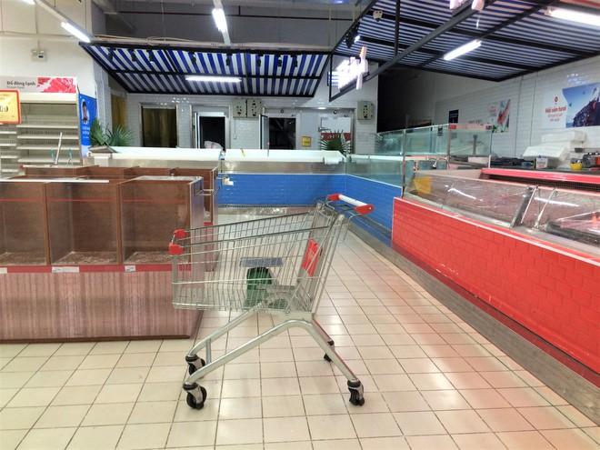 Siêu thị Auchan vắng vẻ, lặng lẽ tháo các kệ hàng sau bão giảm giá - Ảnh 6.