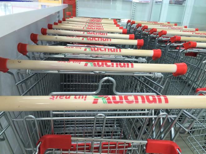 Siêu thị Auchan vắng vẻ, lặng lẽ tháo các kệ hàng sau bão giảm giá - Ảnh 14.