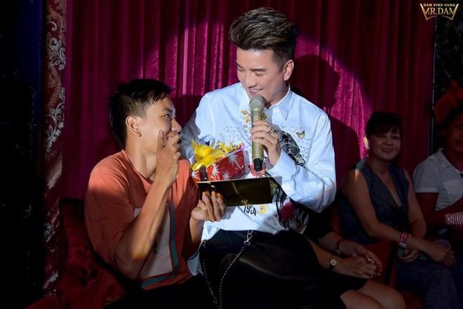 Đi xe lăn 12 tiếng lên Sài Gòn gặp Đàm Vĩnh Hưng, chàng trai khuyết tật được tặng 15 triệu - Ảnh 4.