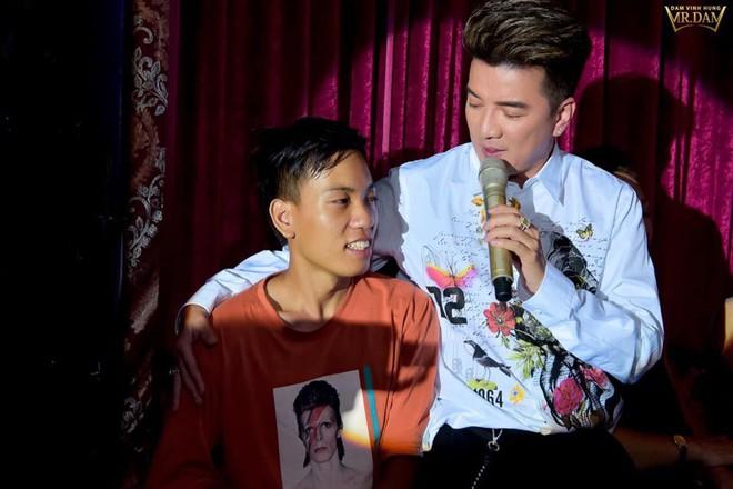 Đi xe lăn 12 tiếng lên Sài Gòn gặp Đàm Vĩnh Hưng, chàng trai khuyết tật được tặng 15 triệu - Ảnh 3.
