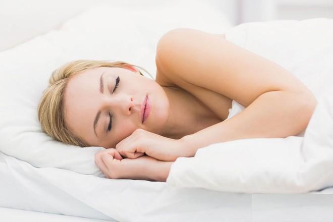 Bí quyết về 2 chiếc gối trên giường ngủ: Ai muốn ngủ ngon sâu giấc thì nên tham khảo - Ảnh 1.