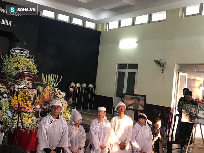 Vợ cũ, con gái, các nghệ sĩ đau đớn đưa tiễn Lê Bình về nơi an nghỉ cuối cùng - Ảnh 2.