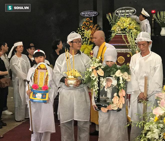 Vợ cũ, con gái, các nghệ sĩ đau đớn đưa tiễn Lê Bình về nơi an nghỉ cuối cùng - Ảnh 11.