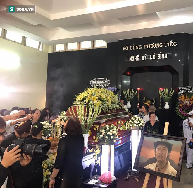 Vợ cũ, con gái, các nghệ sĩ đau đớn đưa tiễn Lê Bình về nơi an nghỉ cuối cùng - Ảnh 5.