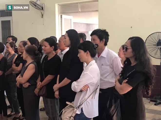 Vợ cũ, con gái, các nghệ sĩ đau đớn đưa tiễn Lê Bình về nơi an nghỉ cuối cùng - Ảnh 10.