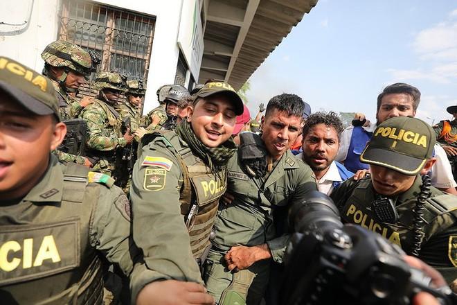 [ẢNH] Đấu súng dữ dội dọc biên giới Venezuela - Colombia - Ảnh 1.