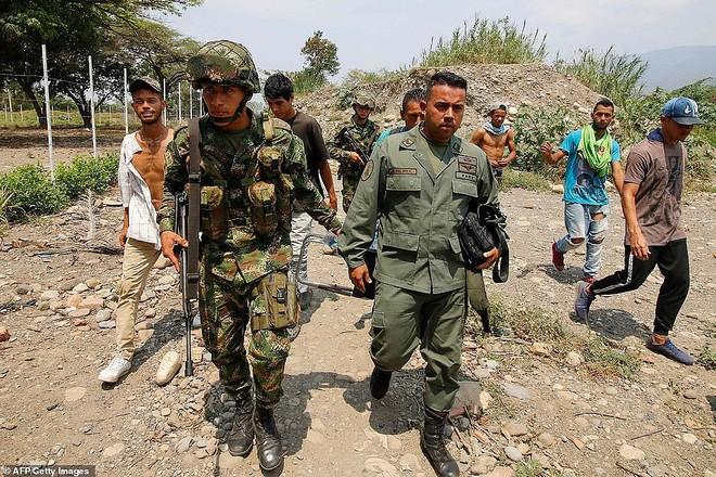 [ẢNH] Đấu súng dữ dội dọc biên giới Venezuela - Colombia - Ảnh 16.