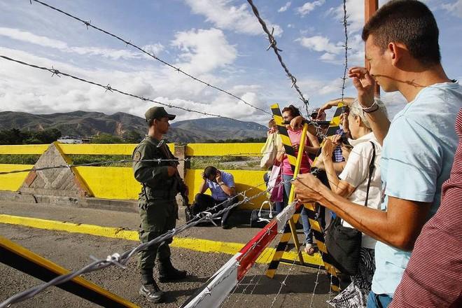 [ẢNH] Đấu súng dữ dội dọc biên giới Venezuela - Colombia - Ảnh 4.