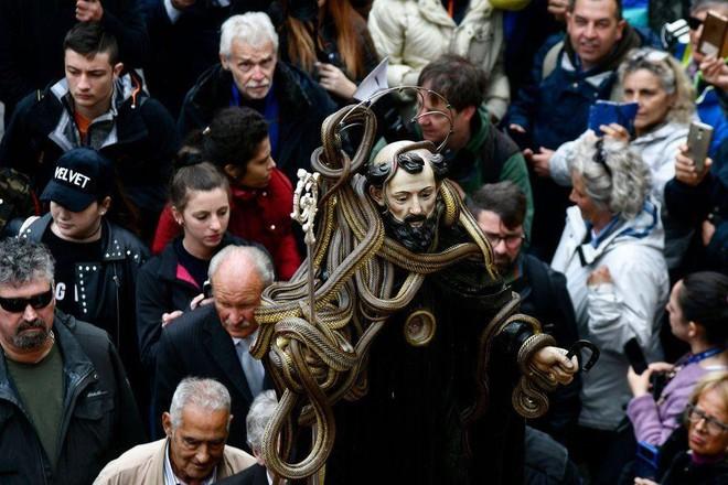 7 ngày qua ảnh: Tượng thánh phủ đầy rắn sống diễu hành trong lễ hội - Ảnh 3.