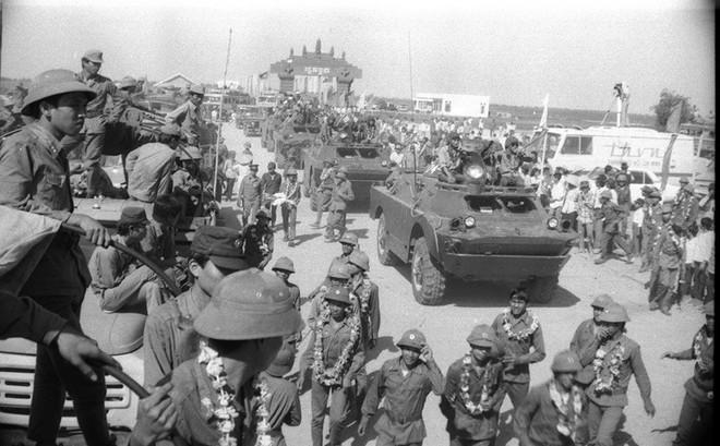 """Chiến trường K: Đạn xuyên thủng mũ 2 lỗ tròn vo - """"Thần Chết"""" bất lực với lính tình nguyện Việt Nam?"""