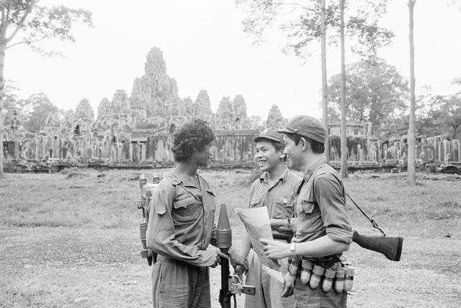 Chiến trường K: Đạn xuyên thủng mũ 2 lỗ tròn vo - Thần Chết bất lực với lính tình nguyện Việt Nam? - Ảnh 2.