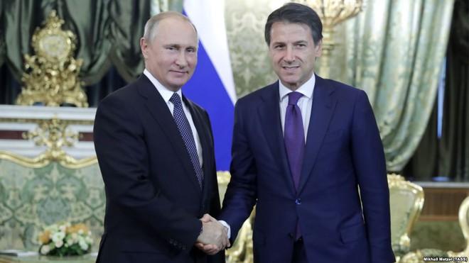 Cả Nga và Tướng Haftar ở Libya đều không vừa: Dao găm thủ sẵn sau cái bắt tay? - Ảnh 1.