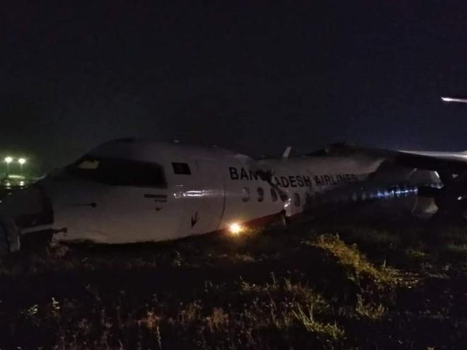 Máy bay trượt khỏi đường băng, gãy làm 3, sân bay Myanmar tạm thời đóng cửa - Ảnh 1.