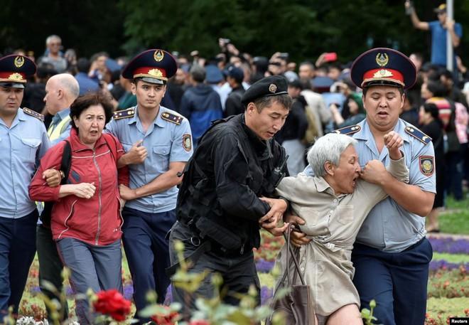 24h qua ảnh: Hàng triệu người đổ xuống phố biểu tình ở Hồng Kông - Ảnh 5.